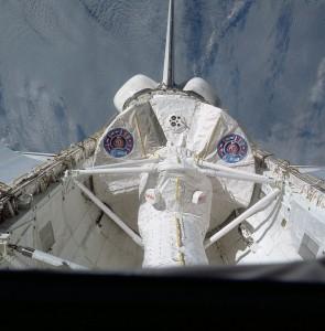 Pohľad zo zadných okienok raketoplánu na laboratórium Spacelab počas jeho prvého letu, STS-9