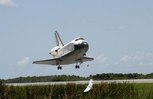 Raketoplán Atlantis práve pristáva a tým ukončuje misiu STS-110