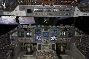 Pohľad do kokpitu raketoplánu Atlantis na obežnej dráhe