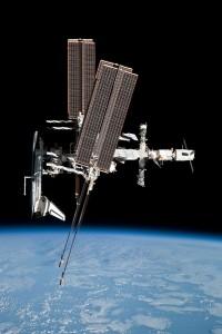 Jeden z jedinečných záberov raketoplánu (v tomto prípade Endeavouru) pripojeného k ISS, ktorý vznikol z paluby kozmickej lode Sojuz TMA-20