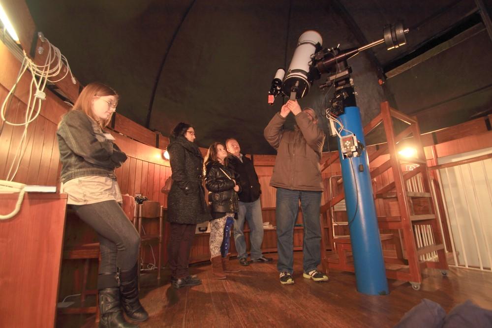 Ani dážď neodradil pánov vydavateľov od toho, aby na samotný záver nespočinuli pohľadom na našom peknom teleskope. (Autor fotografie: Peter Dolinský)