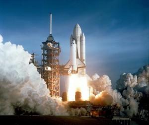 V súčasnosti možno kozmický let praktizovať len prostredníctvom raketových motorov. Na obrázku je štartujúci raketoplán Columbia, prvá viacnásobne použiteľná kozmická loď pri svojom prvom lete.