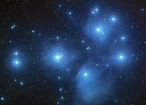 Mladé hviezdy otvorenej hviezdokopy Plejády