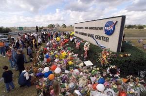 Kvety a pamätné predmety pri vstupe do Johnsonovho vesmírneho strediska na pamiatku obetiam havárie Columbie