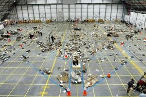 Hangár v Kennedyho vesmírnom stredisku, v ktorom sa zhromažďovali trosky. Na podlahe hangáru sú modrou farbou nakreslené obrysy raketoplánu a špecialisti sa pokúšajú umiestniť trosky na ich pôvodné miesta