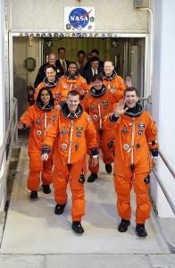 Sedem astronautov pri nástupe do raketoplánu Columbia pred posledným letom