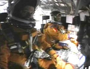 Záber z videa, ktorý urobila posádka počas pristávania. Video zachytáva pilotnú palubu (kokpit) raketoplánu.