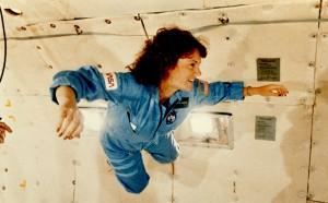 Christa McAuliffeová počas skúšky stavu beztiaže v rámci príprav na let STS-51-L