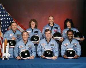 Zľava doprava: Michael Smith, Francis Scobee, Ronald McNair, Ellison Onizuka, Christa McAuliffeová, Gregory Jarvis a Judith Resniková