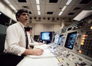 Situácia v riadiacom stredisku krátko po deštrukcii Challengera – na obrázku inžinier Jay Greene.