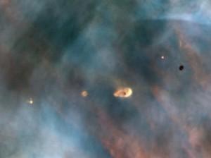 Snímka z Hublovho vesmírneho ďalekohľadu zachytáva protoplanetárne disky okolo mladých hviezd v hmlovine M42. Predpokladá sa, že z podobného disku sa sformovala aj slnečná sústava.