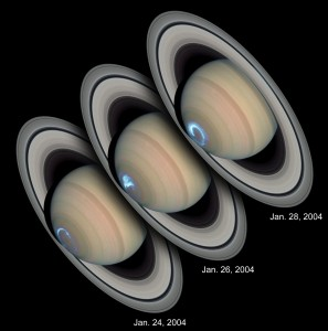 Polárna žiara na Saturne. Trojica snímok vznikla kombináciou snímok v ultrafialovom a viditeľnom spektre, pričom ultrafialové zábery urobil Hubbleov vesmírny ďalekohľad v januári 2004 a zábery vo viditeľnom spektre vznikli v marci 2004.