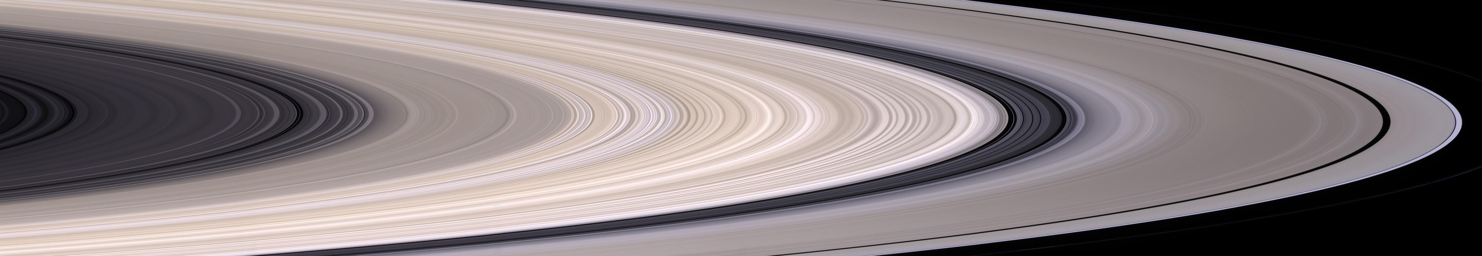 Panoramatický pohľad na prstence Saturna. Širší, vonkajší šedý prstenec je prstenec A. Z vnútornej strany ho vymedzuje Cassiniho delenie, najväčšia medzera v Saturnových prstencoch. Za ňou sa nachádza široký, hnedobiely prstenec B, potom tenší a tmavší prstenec C a najvnútornejší je prstenec D.