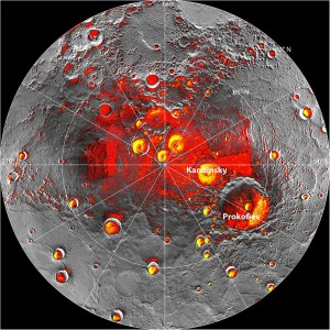 Snímka polárnych oblastí Merkúra. Žltou farbou sú vyznačené oblasti, v ktorých rádioteleskop Arecibo zistil možnú prítomnosť ľadu, červená farba označuje oblasti, kde by sa mohol nachádzať ľad podľa údajov zo sondy MESSENGER.