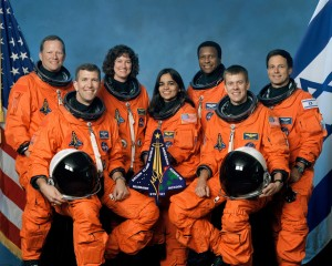 Zľava doprava (vzadu): David Brown, Laurel Clarková, Michael Anderson a Ilan Ramon Zľava doprava (vpredu): Rick Husband, Kalpana Chawlaová a William McCool