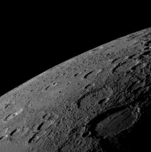 Atmosféra Merkúra je taká riedka, že pri bočnom pohľade nad povrch planéty nie je vôbec viditeľná. Záber urobila sonda MESSENGER pri prvom oblete planéty v januári 2008