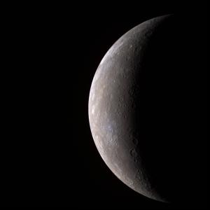 Merkúr vo fáze kosáčika (záber vo falošných farbách zo sondy MESSENGER)