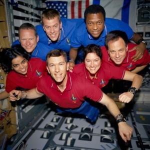 Posádka raketoplánu Columbia STS-107 na orbite v bezváhovom stave. V hornom rade (modrá zmena, Ľ-P): Brown, McCool, Anderson. V dolnom rade (červená zmena Ľ-P): Chawlaová, Husband, Clarková a Ramon
