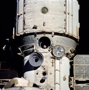 Základný blok stanice Mir, záber bol urobený z paluby raketoplánu počas misie STS-63