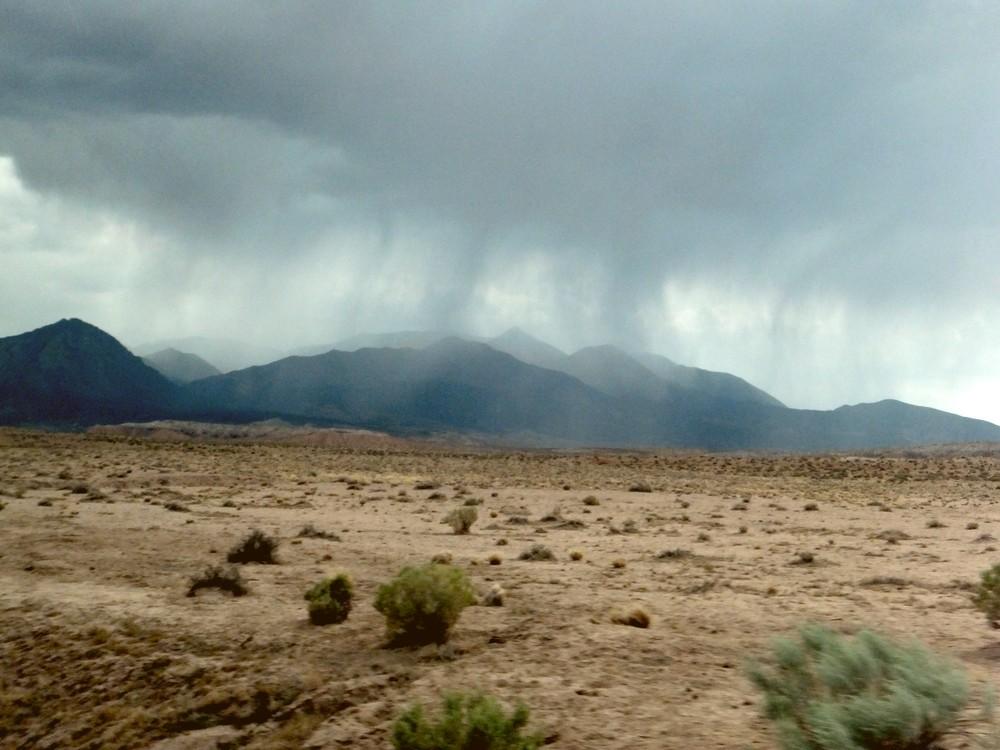 Americké púšte boli nejaké divné. Stále v nich totiž pršalo.