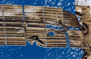 Blízky pohľad na zničené solárne panely modulu Spektr po kolízii s Progressom