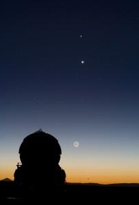 Planéty Merkúr (slabý bod vyššie) a Venuša (jasný bod nižšie) pozorované v blízkosti observatória Paranal. Nízko nad obzorom je viditeľný aj Mesiac.