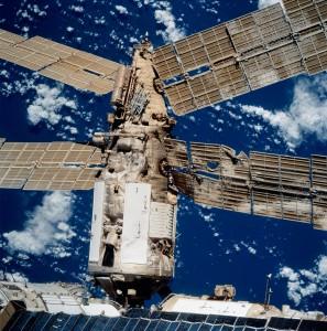 Vonkajší pohľad na ťažko poškodený modul Spektr po kolízii s Progressom. Snímku urobila posádka raketoplánu Atlantis pri misii STS-86.
