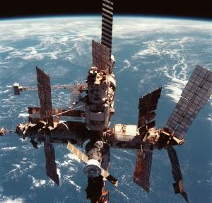 Pohľad na kompletný Mir z paluby raketoplánu Discovery pri misii STS-91