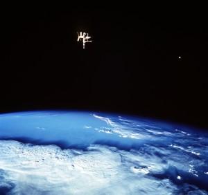 Snímka zachytáva dva satelity Zeme: prirodzený – Mesiac (vpravo) a umelý – Mir (vľavo)