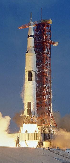 Na obrázku hore vidíme raketu Saturn V. Táto takmer 110 metrov vysoká raketa bola najväčšou raketou, aká bola kedy postavená. Na svojom vrchole niesla vesmírnu loď Apollo počas prvej fázy letu k Mesiacu. Z celého tohto monštra sa však na Zem vrátil len ten maličký kužeľ na vrchole. Autor: NASA, http://grin.hq.nasa.gov/ABSTRACTS/GPN-2000-000630.html Orezané