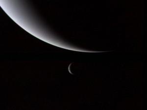 Neptún (hore) s Tritonom (dole), ako ich zachytila sonda Voyager 2