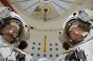 Grunsfeld a Feustel v prechodovej komore raketoplánu pred začatím tretieho výstupu