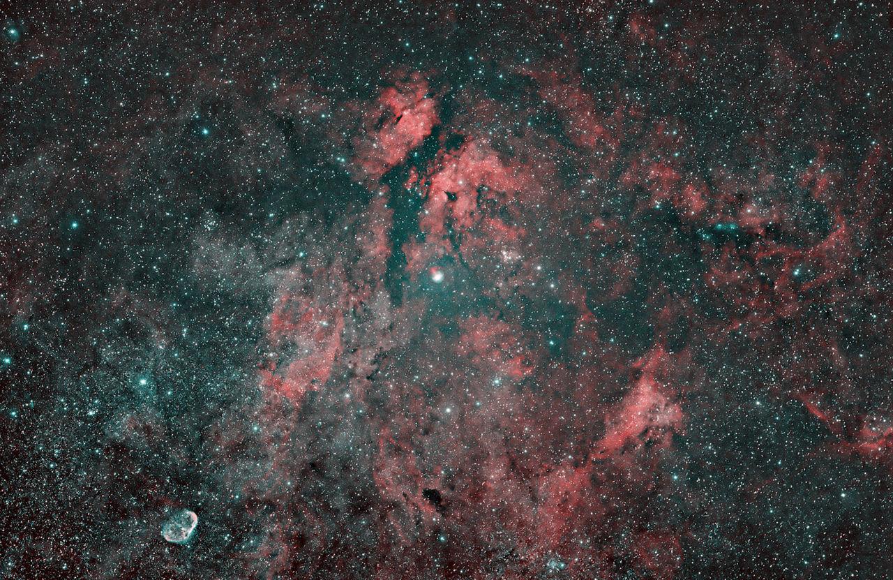 Hviezda Sadr (γ Cygni, v strede) a jej hmlovinové okolie