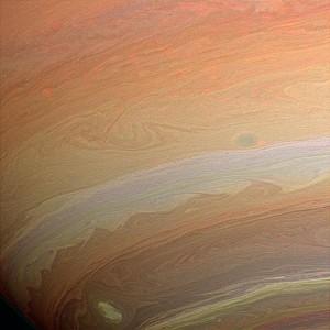 Jemná štruktúra vrchných vrstiev oblakov Saturna ako ju nasnímala sonda Cassini