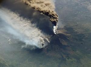 Sopečný popol vychrlený vulkánmi (tu sopkou Etna) býva niekedy tiež považovaný za oblaky. Jeho častice zároveň slúžia pri vzniku pravých oblakov ako kondenzačné jadrá, okolo ktorých sa zhlukujú molekuly vody.