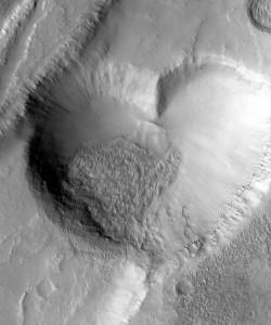 """Vloženie tohto obrázku v tvare srdca do šablóny astronomických výročí pre deň 14. február radím k svojim """"srandičkám"""". Kredit: NASA/JPL/MSSS"""