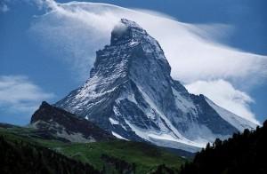 Osamelý vrchol Matterhorn často sprevádzajú nezvyčajné oblačné formácie