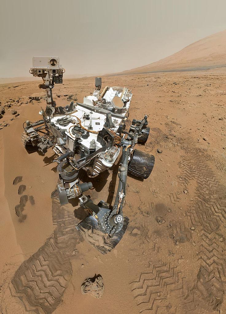 Skutočná fotografia (nie umelecká predstava ani fotomontáž) vozidla Curiosity na Marse. Zdroj