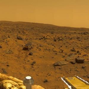 Pohľad z pristávacieho modulu sondy Mars Pathfinder na vozidlo Sojourner. Zdroj