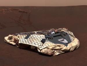 Lander (pristávací modul) Opportunity, ktorý rover odfotografoval po jeho opustení. Zdroj