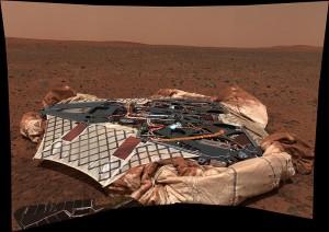 Lander (pristávací modul) Spiritu, ktorý rover odfotografoval po jeho opustení. Zdroj