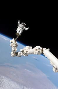 Steve Robinson na staničnom manipulačnom ramene počas tretieho výstupu do kozmu