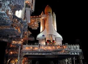 Raketoplán Discovery počas príprav na štart