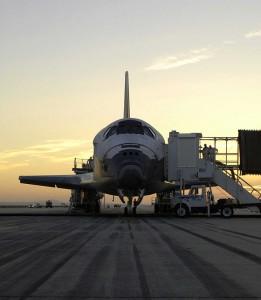 Po pristátí sú z Discovery odsávané pohonné hmoty