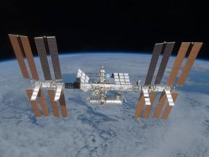 Medzinárodná vesmírna stanica, najväčšie človekom vyrobené kozmické teleso. Obieha vo výške približne 400 km nad povrchom Zeme a pohybuje sa výlučne zotrvačnosťou, ktorú jej jednotlivým komponentom udelili motory nosných rakiet a raketoplánov.