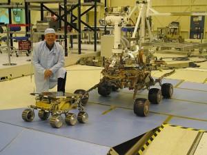 Porovnanie veľkosti vozidiel misie Mars Exploration Rover s ich predchodcom Sojournerom, prvým robotickým vozidlom na Marse