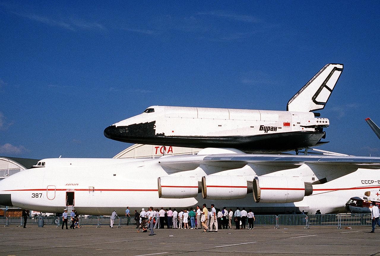 Bruan je takisto reálny raketoplán. Tu ho vidíme na chrbte prepravného lietadla An-225 Mriya. Zdroj.