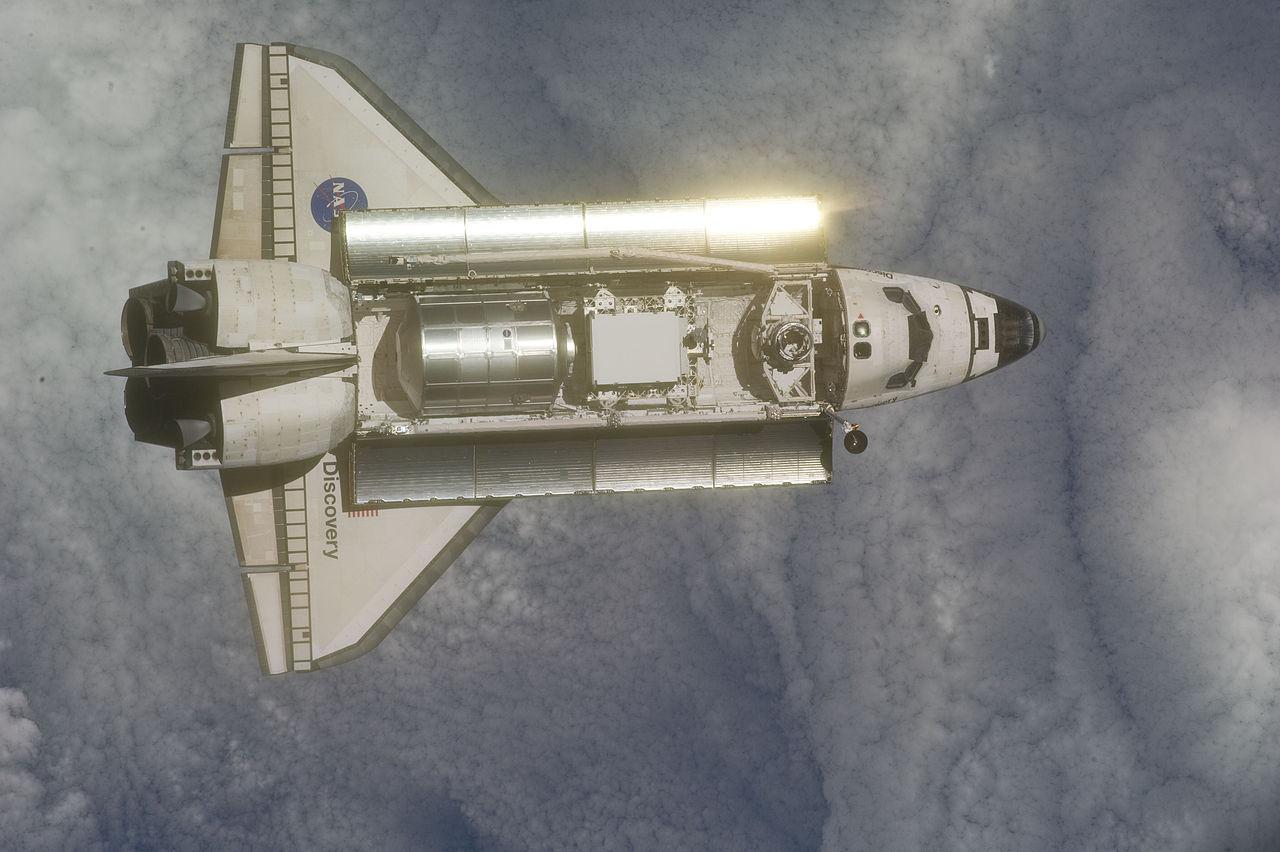 Discovery je reálny raketoplán. Nikdy nehavaroval, naopak, má na konte najväčší počet úspešných misií spomedzi raketoplánov a momentálne si užíva dôchodok v National Air and Space Museum vo Washingtone. Zdroj.