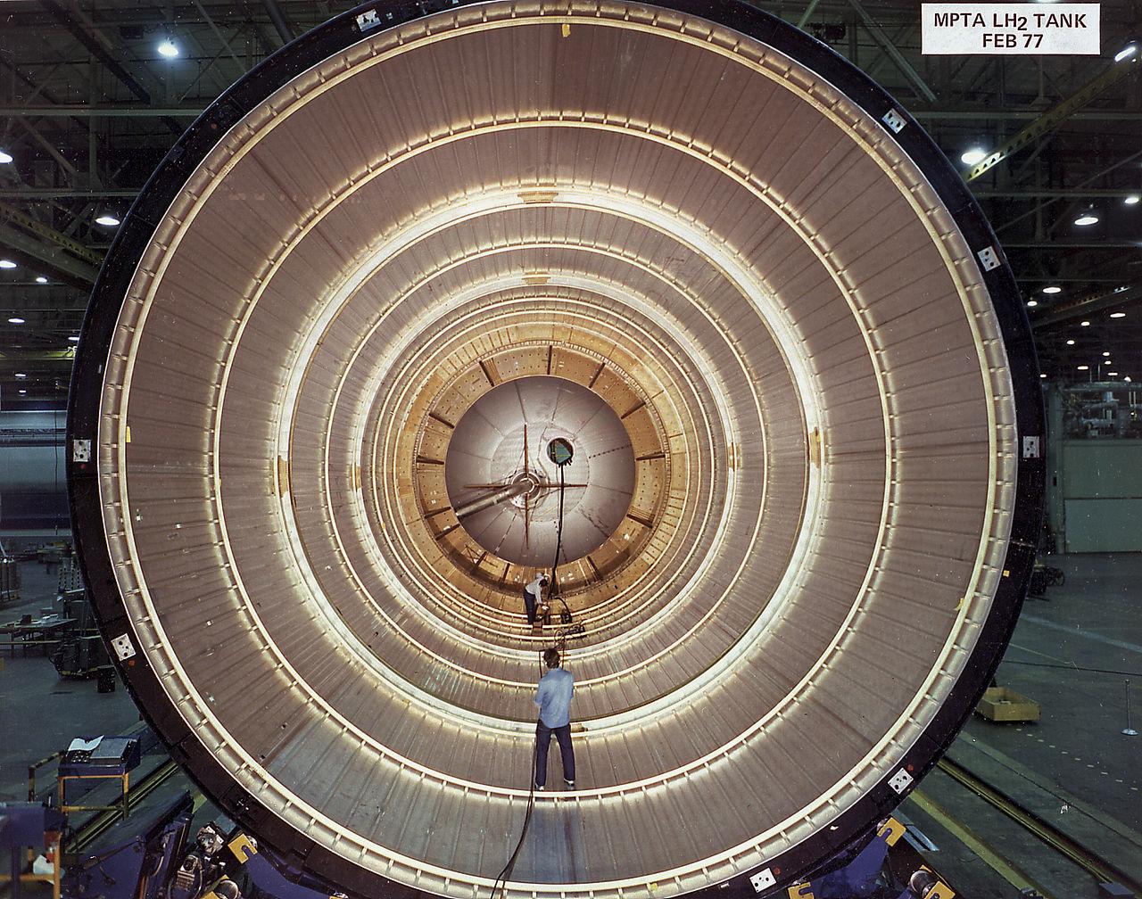 Ako vyzerá vnútro rakety? Skutočnej rakety, nie kozmickej lode? Istú predstavu, v akom prostredí sa Watson ocitol, môžete mať z tohto pohľadu dovnútra nedokončenej nádrže External Tank, hoci to technicky vzaté raketa nie je – nanajvýš jej súčasť. Nádrže na kvapalné pohonné hmoty však vyzerajú vo všetkých prípadoch podobne. Tá Watsonova mala, samozrejme, niekoľkokrát širší prierez. Zdroj.