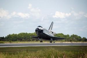 Pristátie raketoplánu Endeavour STS-118 na Kennedyho vesmírnom stredisku na Floride